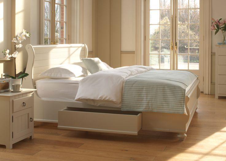 Het witte Newport bed is geïnspireerd op de typische New England maritieme stijl. Het opvallende veer en groef detail aangebracht in het hoofd- en voetbord ziet er in natuurlijk hout even aantrekkelijk uit als in een verftint.
