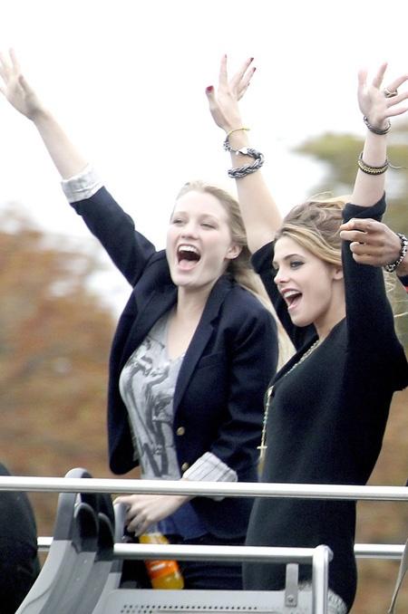 Ashley Hinshaw et Ashley Greene dans LOL USA