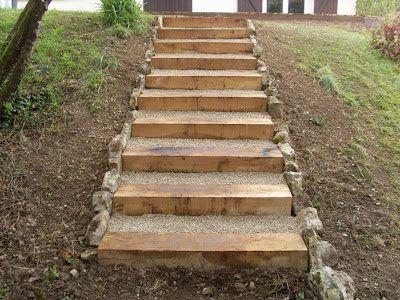 Lu0027escalier est réalisé en Traverses de chêne et remplis de gravier - realiser un escalier exterieur
