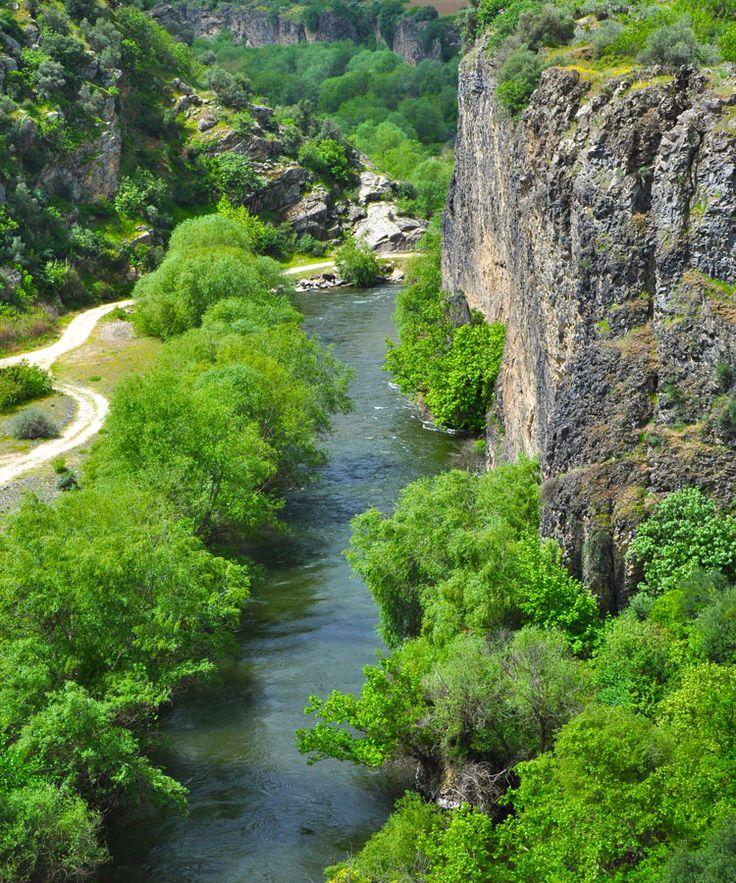 Adala kanyonu/Salihli/Manisa/// Ege Bölgesi'nin hayat ve bereket kaynağı olan Gediz Nehri'nin iki yakasına kurulmuş bir belde olan Adala, yemyeşil doğası, antik çağdan günümüze uzanan binlerce yıllık geçmişi ve volkanik coğrafi yapısı ile adeta keşfedilmeyi bekleyen bir cennet. Manisa'nın Salihli ilçesine bağlı Adala beldesi, Üşümen Tepesi ile Dibek Dağı'nın arasından geçen Gediz Nehri'nin Salihli Ovası'na açıldığı düzlükte kurulmuş bir yerleşim merkezi.