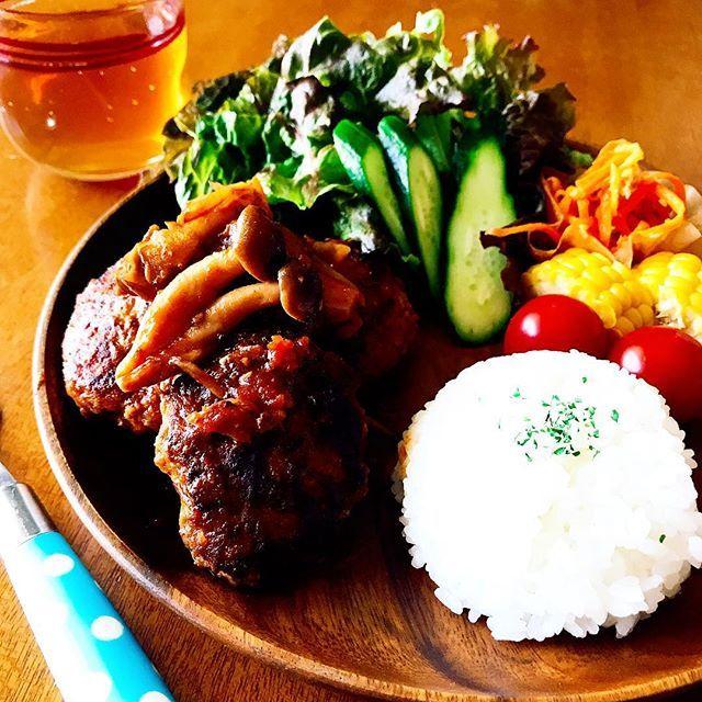 ★★ 煮込みハンバーグ〜♫ 楽チンワンプレートごはんです🍚😆 🥕人参サラダに、湯がいてあったトウモロコシ🌽、、、残りもんやけど😁 . . #おうちごはん #夜ごはん #晩ごはん #クッキングラム #デリスタグラマー #ハンバーグ #煮込みハンバーグ #ワンプレート #おしゃれ ?#カフェ っぽく?#美味しい #肉 #手料理最高#写真を撮るのが好きな人と繋がりたい #料理好きな人と繋がりたい #hamburger #food #foodstagram #instagood #instadaily #eat #yum #yummy #delicious #dinner #l4l #japan #cooking #colourful #happy