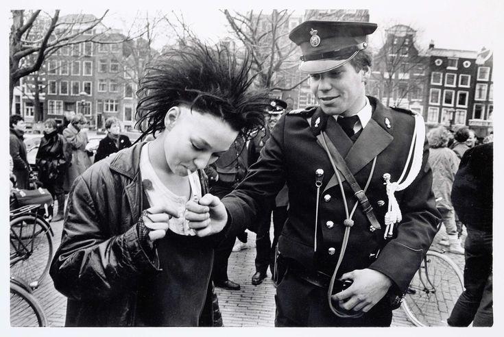"""Demonstratie op het Amstelveld tijdens de """"Dag van de Onrust"""", Maya Pejić, 1984"""