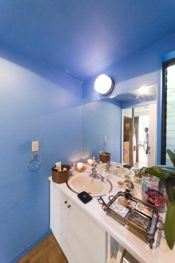 青山にフラッグシップショップのあるベンジャミンムーアの塗料でペイント。鮮やかなブルーが印象的。