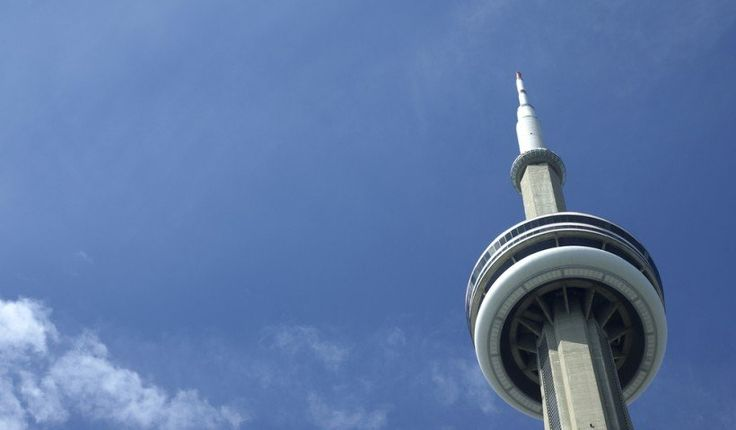 Torre CN-Toronto, Ontario La torre CN en Ontario ofrece dos plataformas de observación. La primera es la famosa estructura de vidrio situada a 342 metros por encima de la ciudad. El suelo es lo suficientemente resistente como para que los visitantes puedan saltar sobre él, acostarse sobre él y hasta correr en él