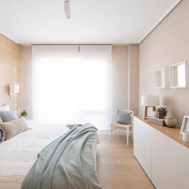 En este dormitorio empleamos el pavimento @quickstep del suelo como revestimiento para el cabecero. Cómoda y mesillas de @mobenia. Fotografía de @biderbost_photo . #deco #decor #bedroom #decoideas #luminoso #interiordesign #interiorismo #proyectos #nataliazubizarretainteriorismo #gernika #madera #wood #quickstep #estilonordico #home #instadeco #estilismo #claridad