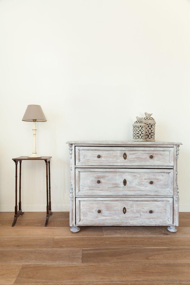 Los opuestos armónicos se logran con una mezcla entre lo clásico y lo contemporáneo. Por ejemplo, puedes mezclar muebles envejecidos con accesorios en colores modernos (cortinas, lámparas, cojines, etc.)