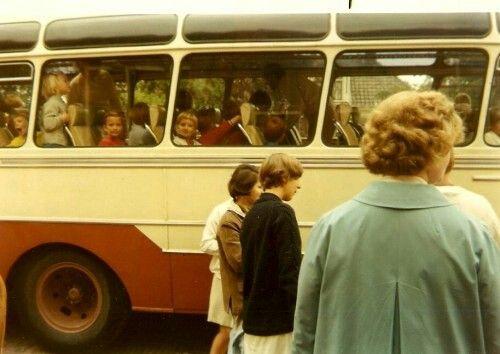 Uitzwaaien van de moeders broertjes en zusjes en dan op weg voor ons schoolreisje.