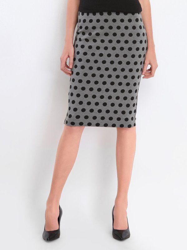 Spódnice damskie - światowe trendy, zabawa stylem. Oryginalna odzież damska do pracy i po godzinach. Modne spódnice ołówkowe, bombki, długie spódnice jeansowe, spódnice z wysokim stanem… Obejrzyj kolekcję sklepu internetowego Top Secret