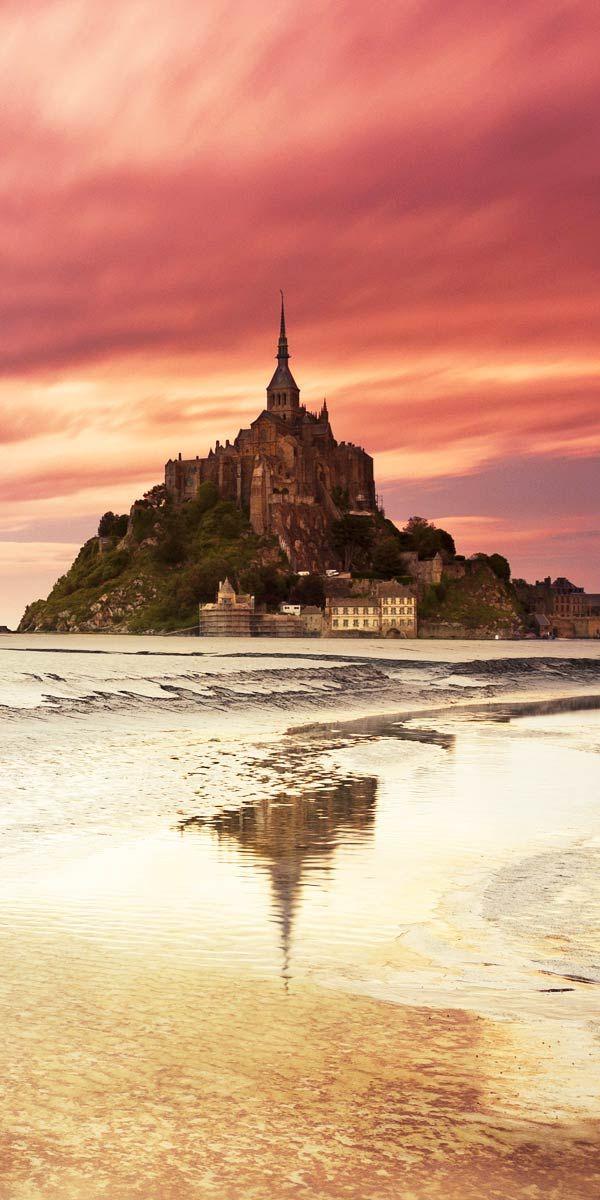Classés au patrimoine mondial de l'Unesco, le Mont-Saint-Michel et sa baie font figure d'incontournables. Visitez ce rocher mythique dressé comme une flèche de cathédrale... #Normandie #Onyva