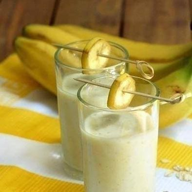 Банановый смузи с овсянкой для быстрого и вкусного завтрака. Ингредиенты: 1 банан, порезать на куски ¼ чашки овсяных хлопьев (сырых) ½ чашки простого или ванильного йогурта ½ чашки молока ½ ч.л. меда (если йогурт несладкий или по желанию) Приготовление: Поместить все ингредиенты в блендер. Смешивать на высокой скорости примерно 30-60 секунд до однородного состояния.