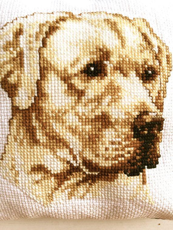 Een lief (spelden)kussentje geborduurd met een blonde labrador. Voor de honden fan!  www.etsy.com/shop/nellyslittlegifts  Als er meerdere artikelen tegelijk worden gekocht, zorgen wij ervoor dat ze gezamenlijk verstuurd worden om de verzendkosten zo laag mogelijk te houden. Dus zoek rustig nog even verder