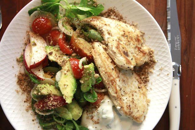 Erika kan berika: Den perfekta sommarsalladen med kyckling, persika, avokado, dukkah och myntayoghurt
