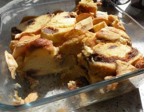 Für den Striezelkoch eine ofenfeste Auflaufform mit Butter oder Öl ausfetten. Den Striezel mit der Brotmaschine oder händisch in etwa 1,5 cm dicke