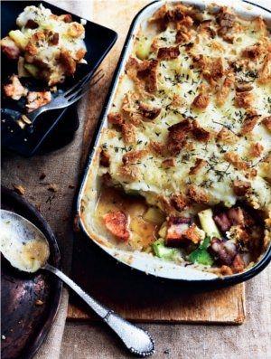 Bagt kartoffelmos med bacon, porrer og sprød brødskorpe | Magasinet Mad!