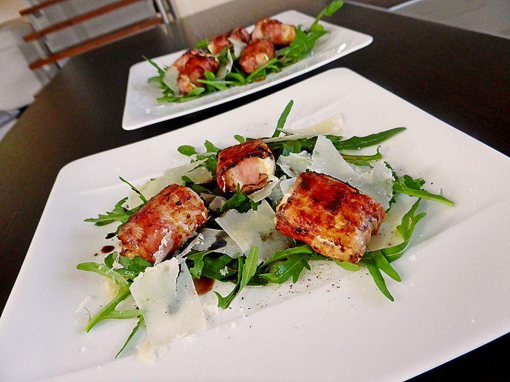 Gebratener Schafkäse im Speckmantel auf Rucola-Parmesan-Salat