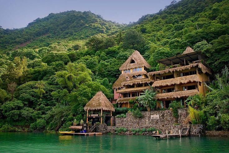 http://thelagunalodge.com/ Situato sulle rive del lago Atitlan, immerso in una riserva ecologica, Laguna Lodge offre una spettacolare vista sulle acque blu e sui tre vulcani da cui è circondato. Ispirato alla bellezza dell'ambiente circostante è stato realizzato con pietra vulcanica e alberi. I letti e i mobili sono intagliati a mano. Qui la natura offre l'attrazione più bella, con gli spettacolari tramonti che lasciano il posto alle notti stellate.