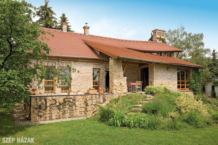 Egy régi, 10x10 méteres, nyeregtetős kockaház átalakításával jött létre a rusztikus, tégla- és kőburkolattal ellátott, organikus családi ház.