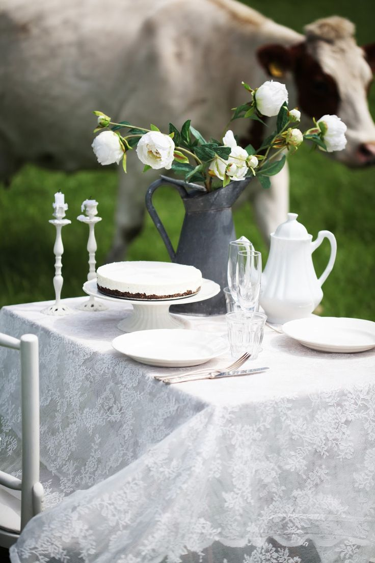 how would it feel to have breakfast or brunch amongst the cows??  i think lovely!  :) #BDspringtable #burkedecor
