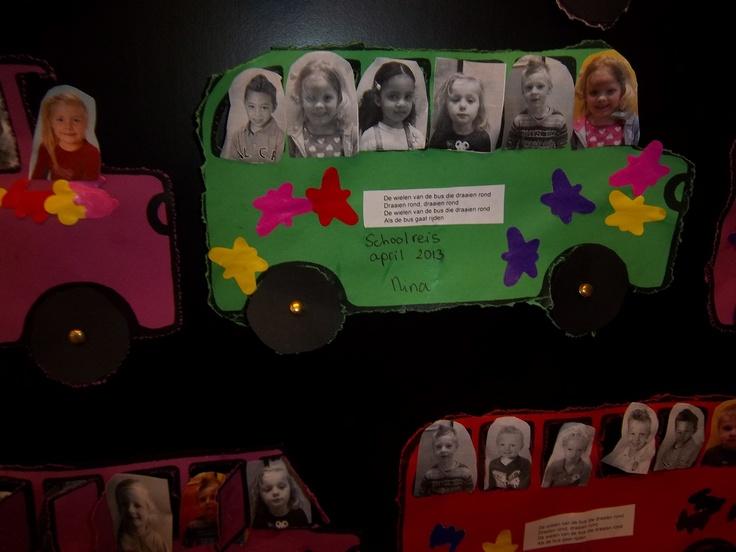 De bus van het schoolreisje met het kind op de plek van de chauffeur. Het kind mag 5 vriendjes uitzoeken om in de bus mee te nemen. Het liedje over 'de wielen van de bus' is er op geplakt.