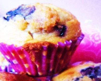 Muffins aux myrtilles et éclats de nougat : http://www.cuisineaz.com/recettes/muffins-aux-myrtilles-et-eclats-de-nougat-56346.aspx