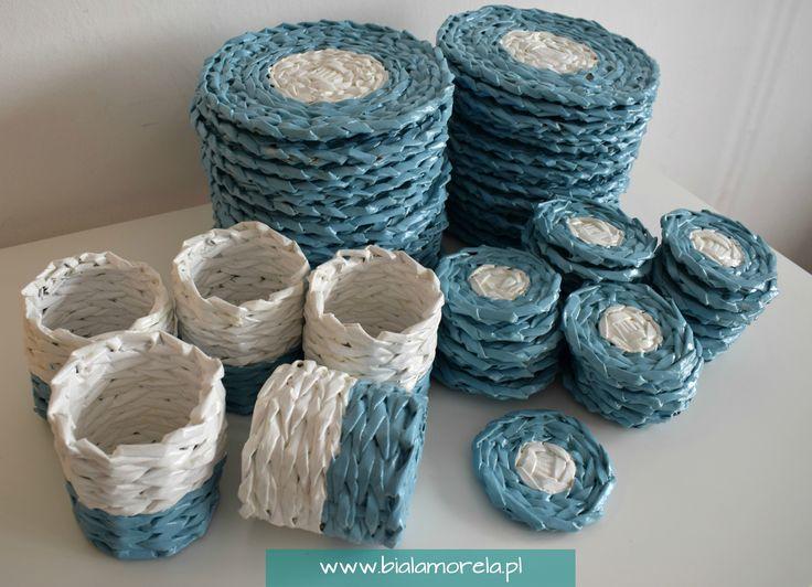 Niebiesko-biały zestaw podkładek pod kubek, podkładek pod talerze i koszyczków.