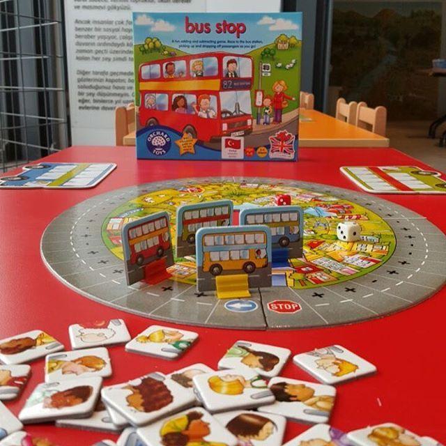 🐳Bus Stop oyunu ile çocuklar toplama ve çıkarma işlemini eğlenerek öğrenebilecekler. Zarlardan biri yol üzerinde ne kadar ilerleneceğini gösterirken diğer zar otobüsümüze kaç yolcu indirip bindireceğimizi gösterir. 🐳Hadi bakalım otobüsümüzde 8 yolcu vardı 3 'ü indi kaç yolcu kaldı? 🐳Sipariş için ➕➖www.kidolina.com ➖➕Fiyat:59,90 TL #kidolina #ogrenmeninoyunhali #orchardgames #busstop #akiloyunlari #zekaoyunlari #aileoyunlari #toplama #cikarma  #matematik #oyun #oyuntavsiyesi #annetavsiyesi