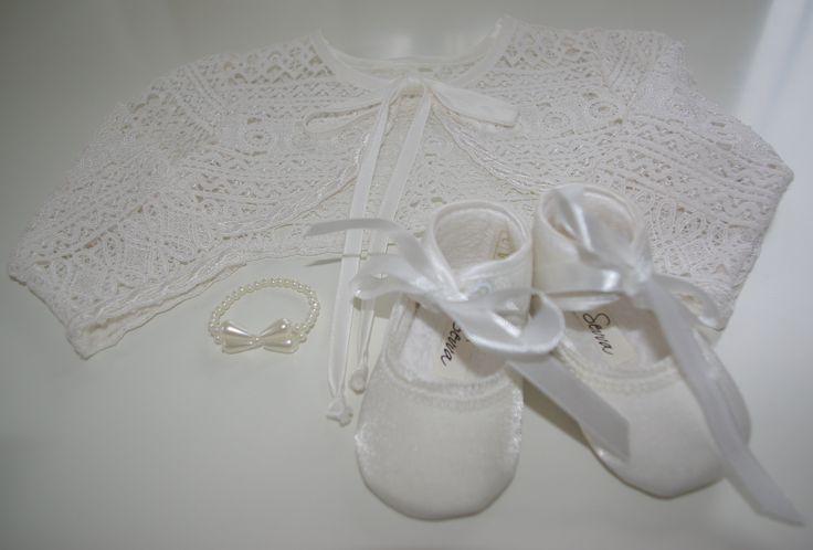 Bij Corrie's bruidskindermode vindt je prachtige kleding en accessoires voor je baby. Voor als ze bruidsmeisje is of als ze gedoopt wordt. Trouwen, bruiloft, huwelijk, bruidsmeisjeskleding, doopjurk, babykleding, babyschoentjes, doopkleding