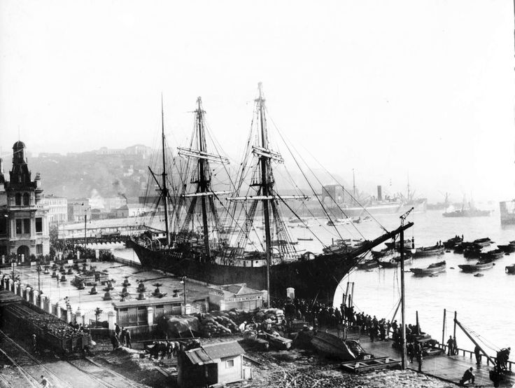 https://flic.kr/p/s2JmT4 | Valparaiso julio de 1905, la barca alemana STEINBECK | Vemos la barca alemana procedente de Newcastle, Inglaterra, con un cargamento de carbón destinado a Valparaiso, cortó amarras a causa de un temporal, mientras se encontraba en el puerto y quedó al garete. Su tripulación hizo abandono de la nave, el propio Gómez Carreño logró encallarlo en el lugar que se ve en la foto (Los barcos no atracaban ahí).