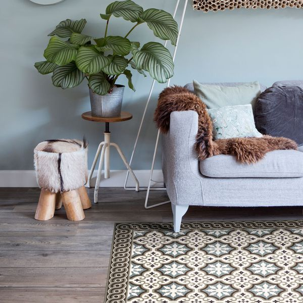 Un tapis imitation carreaux de ciment dans le salon