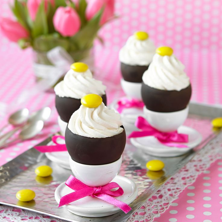 Läcker vit chokladmousse i hemgjorda chokladskålar.