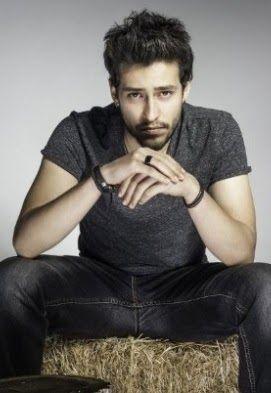İsmet Ekin Koç es un actor turco, más conocido por haber interpretado a Tilki en la serie Sana Bir Sır Vereceğim.     Biografía   Es hijo d...