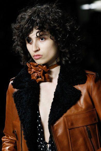 Guarda la sfilata di moda Saint Laurent a Parigi e scopri la collezione di abiti e accessori per la stagione Collezioni Autunno Inverno 2017-18.