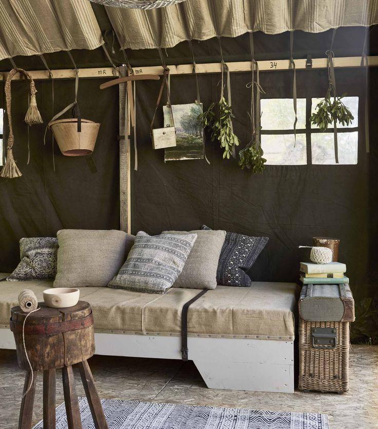 bank in tent | couch in tent | vtwonen 09-2016 | photography: Jeroen van der Spek | styling: Cleo Scheulderman