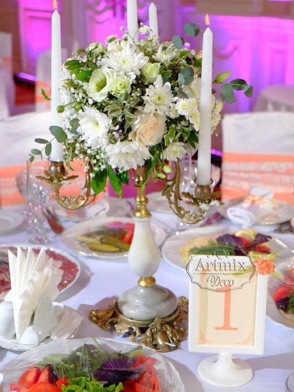 Канделябры с живыми цветами на свадебном столе