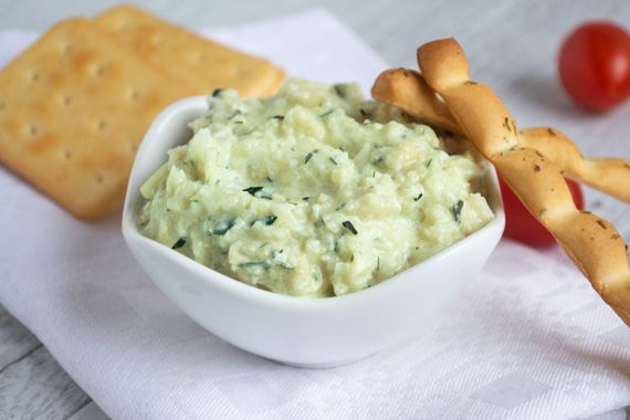 Der frische Dip z.B. zu Gemüsesticks ist im Nu zubereitet: Frische Zucchetti mit den Zutaten aus dem Rezept mixen und das Mittelmeer nach Hause holen!