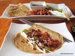 36 – La tortilla ó crepe se dobla con la mano y entonces se consume. En ningún caso se utilizan para esto los huesos, que son empleados en la elaboración de una sopa, que se sirve también, separadamente, y preferentemente con trozos de tofu y verduras, un poco más tarde de servir la carne.