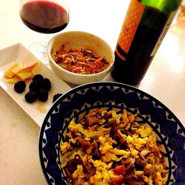 納豆は、キムチときゅうり、マヨネーズ、牛乳、お醤油で、マイルドな一品にまりました。  チーズと黒オリーブ  で昨夜も赤い栄養ドリンクで♪( ´▽`) - 69件のもぐもぐ - 牛肉とニラ、エリンギの中華炒め、おーきめ炒り卵乗せ! by Tina Tomoko