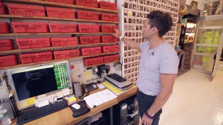 In this article you will see how the cineaste and photographer Casey Neistat has organised his office in order to be super-efficient. You will see tons of real and practical improvement you could a…