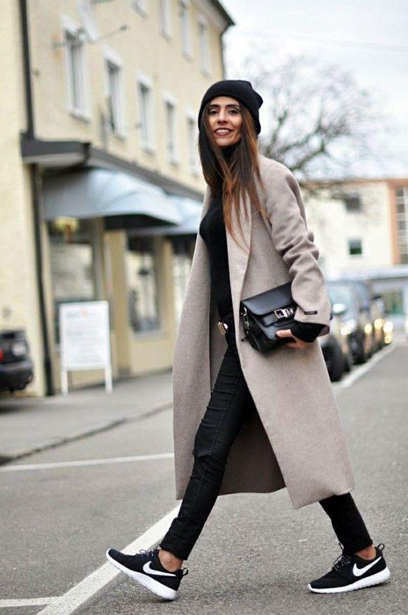 Nikes rosh run noire et blanche + le long manteau crème + jeans noir = look