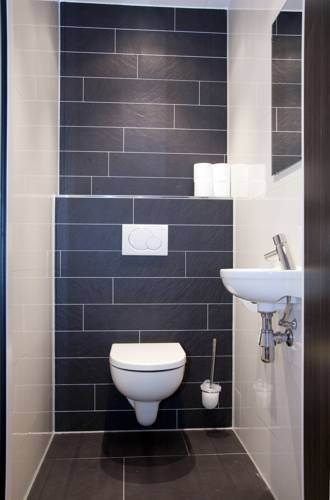 modern toilet in zwart en wit | modern toilet in black and white | Stylist en Interieurontwerper www.stijlidee.nl