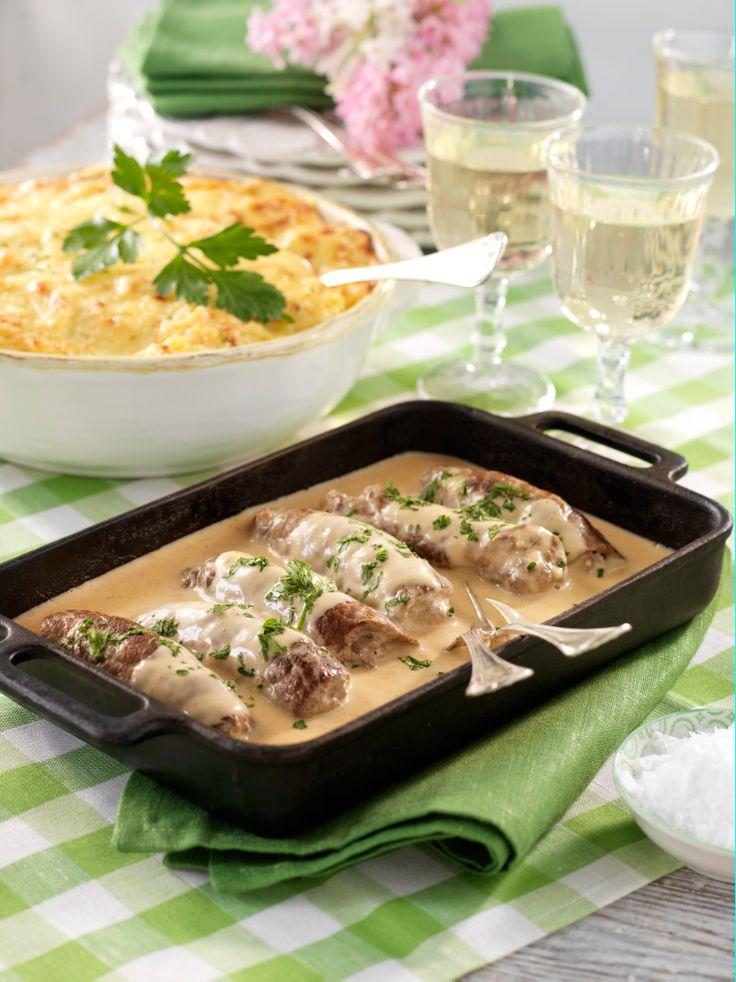 Färs i rulladerna ger en saftig och god rullad. Här serverade i rikligt med gräddsås.