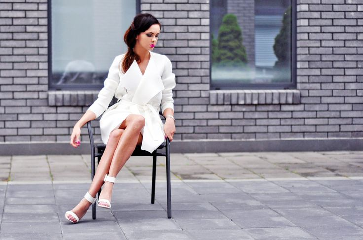 Total white look #sandals #heels #coat #outfit http://www.stylowebuty.pl/categories/?ipp=80