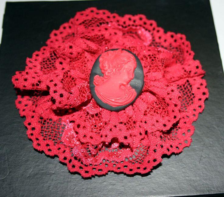 Spilla Dama Cammeo nero/rosso e rifinitura in pizzo rosso.