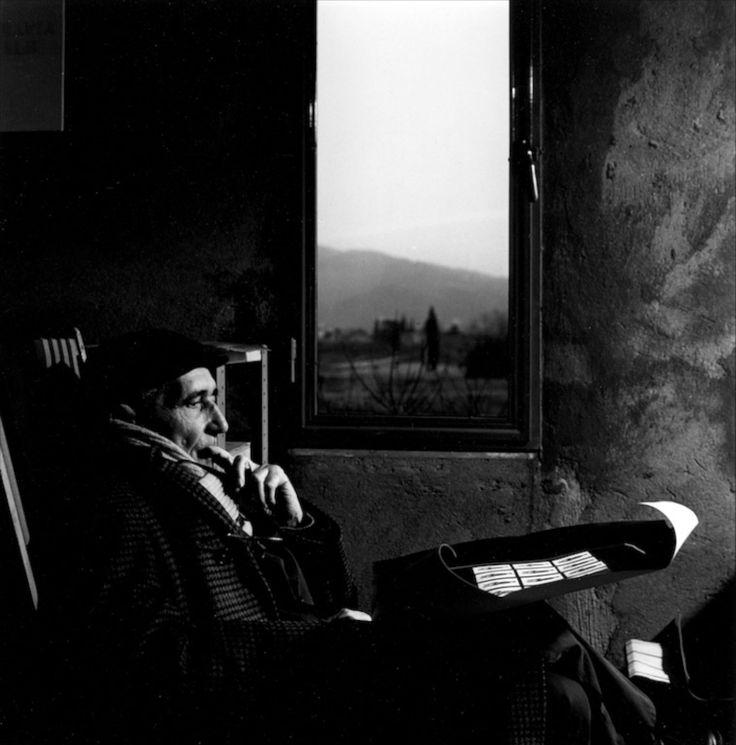 Fernando Melani nello studio di Gianfranco Chiavacci, Pistoia, 1983.