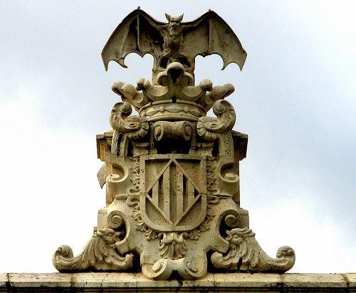 Escudo de Valencia La leyenda del murciélago / En el siglo XVII, el dragón alado que aparecía en algunos escudos reales, dio lugar al murciélago, que ya había sido utilizado en algunas representaciones heráldicas. Existen numerosas leyendas que explican el porqué de la aparición del murciélago en el escudo, todas ellas relacionadas con el asedio de la ciudad por las tropas de Jaime I el Conquistador.