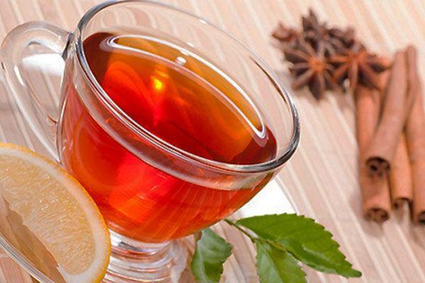 I benefici del tè nero e le proprietà terapeutiche per la concentrazione, il cuore e i vasi sanguigni, per perdere peso, dimagrire e come scegliere la giusta varietà per stare bene.