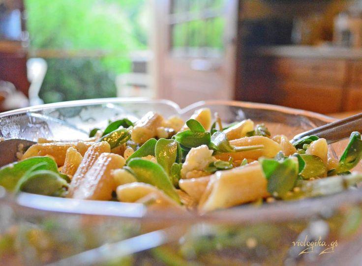 Σαλάτα με πένες ολικής αλέσεως, σκόρδο, αντράκλα και φέτα. Έτοιμη σε 15 λεπτά.