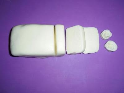 Rolfondant met gelatine: súper makkelijk te maken :-) Met dit rolfondant kun je bijvoorbeeld een taart mooi bekleden, of figuurtjes maken :-) Het recept vind je op mijn blog: http://heerlijke-recepten.blogspot.nl/2013/02/rolfondant-met-gelatine-en-roosjes-maken.html