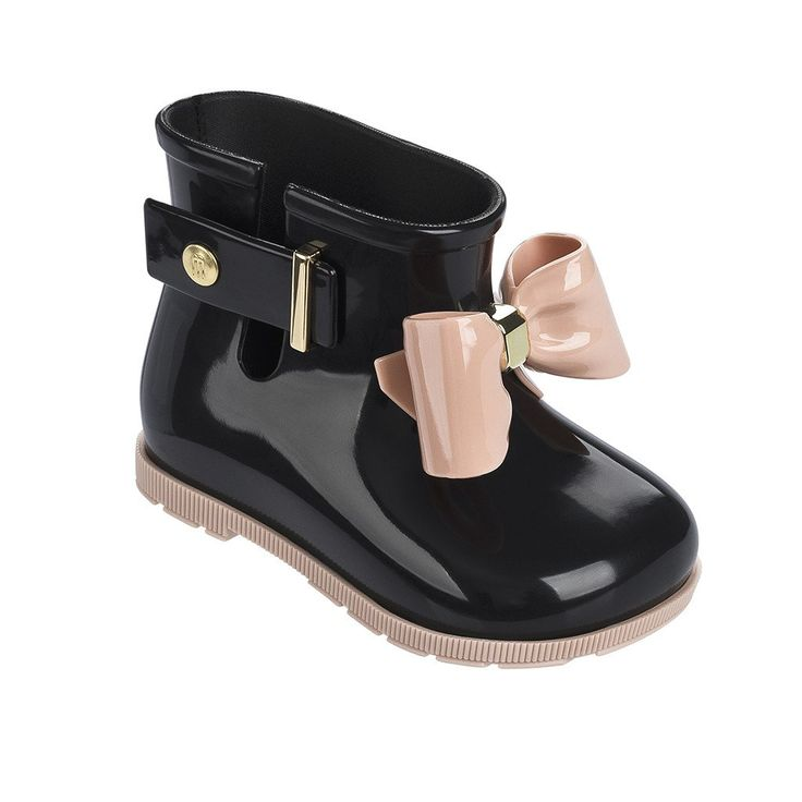 By Mini Melissa Protect her feet while she plays, with Mini Melissa's rubber rain boots with adorable bow details. - MELFLEX™ PVC is durable, flexible, hypoallergenic, and recyclable - Pull-on style w