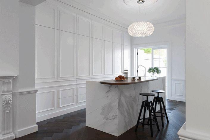 Cozinha tradicional branca, clássica e muito elegante
